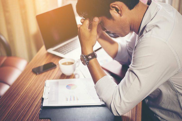 El silencio de la adicción en profesiones de alta exigencia social