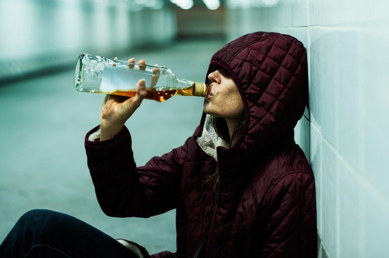 Las mujeres superan a los hombres en las peticiones de tratamiento para el alcoholismo en el 2016
