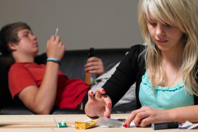 El consumo de drogas y la adicción en el adolescente. ¿Educación Publica o Privada?
