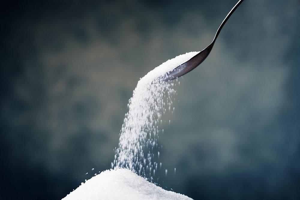 Los científicos estiman que el azúcar actúa en el cerebro de una forma similar a la del alcohol, el tabaco o la cocaína, interviniendo en el sistema de recompensa y causando dependencia.