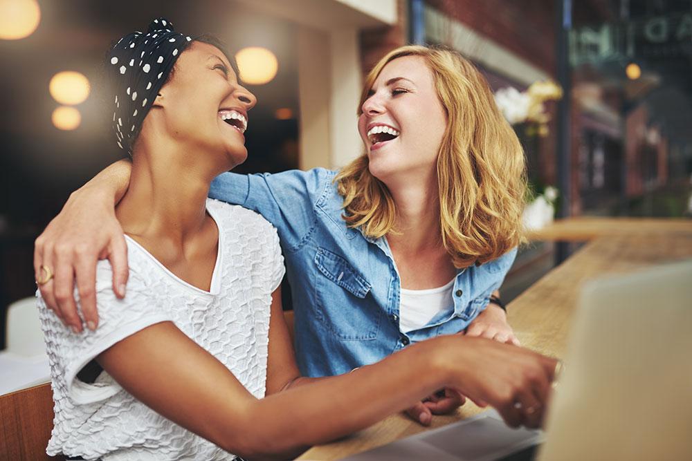 La risoterapia es una técnica psicoterapéutica, si bien es cierto, no curativa, pero sí, aporta numerosos beneficios mentales y emocionales a través de la risa.