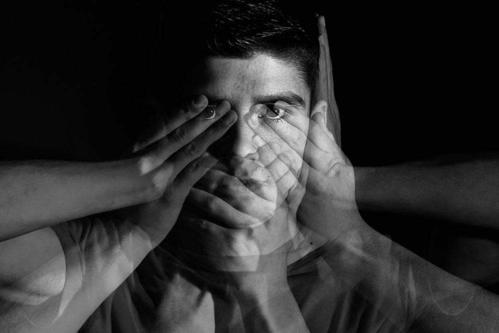 La alexitimia se define como un rasgo psicológico, en la cual, el paciente que la sufre presenta incapacidad para reconocer emociones y por lo tanto expresarlas o trasmitirlas.