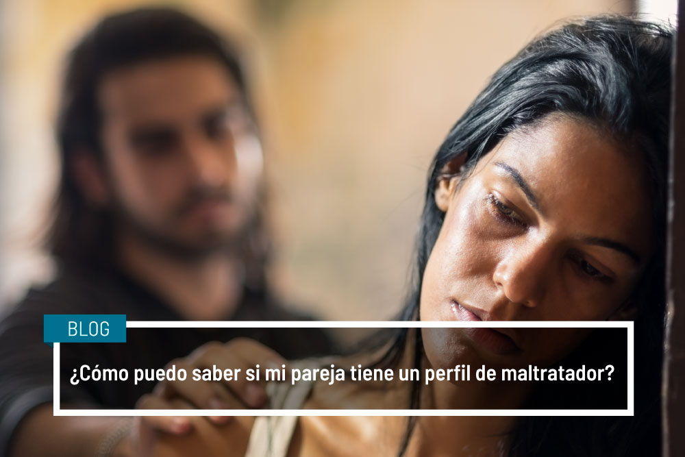 un maltratador sujetando a su pareja la víctima